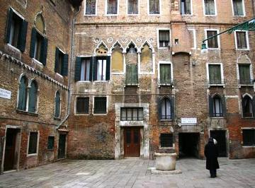 Legend Marco Polo Chinese Wife In Venice Milion Courtyard